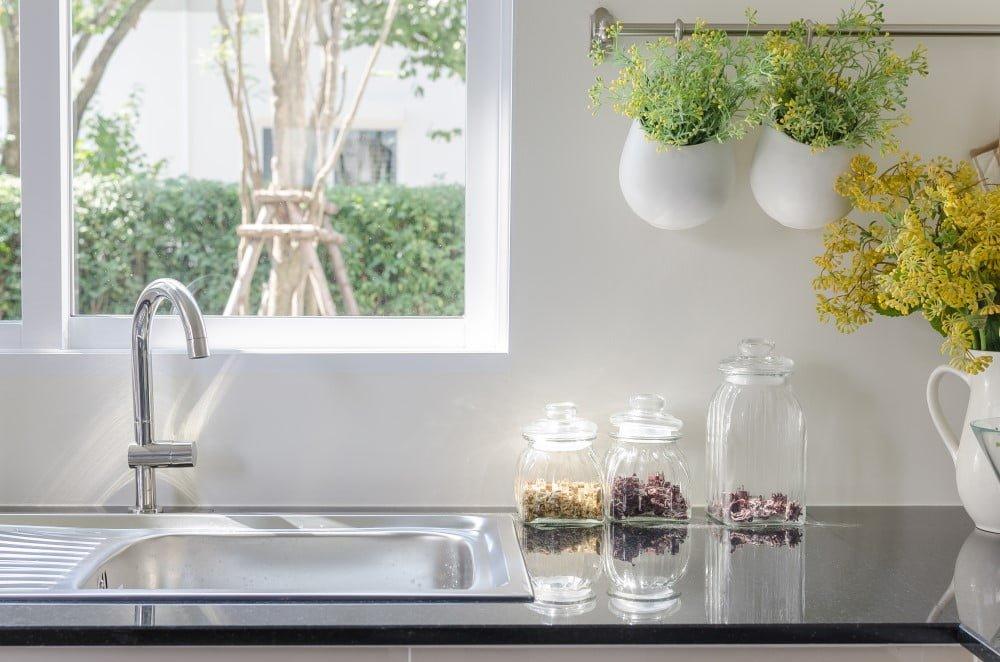 Køkken med udsigt til haven