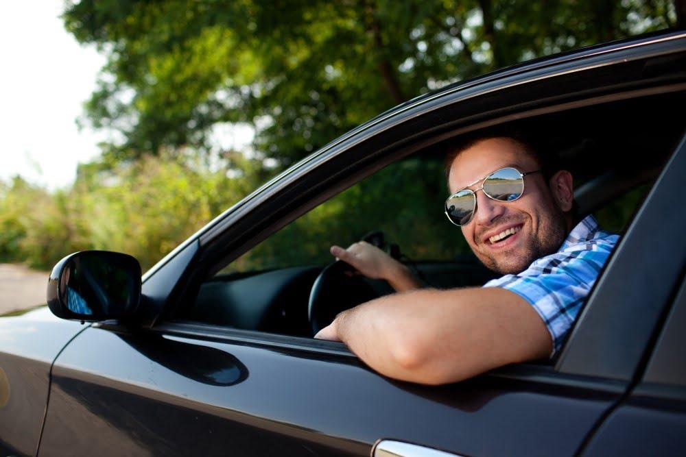 Mand i sin bil