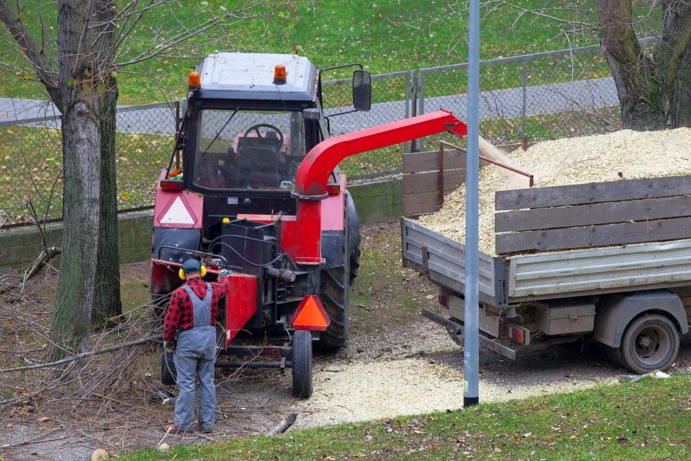 Traktor med flishugger