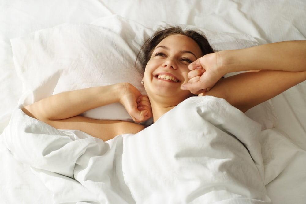 Ung kvinde der har sovet godt