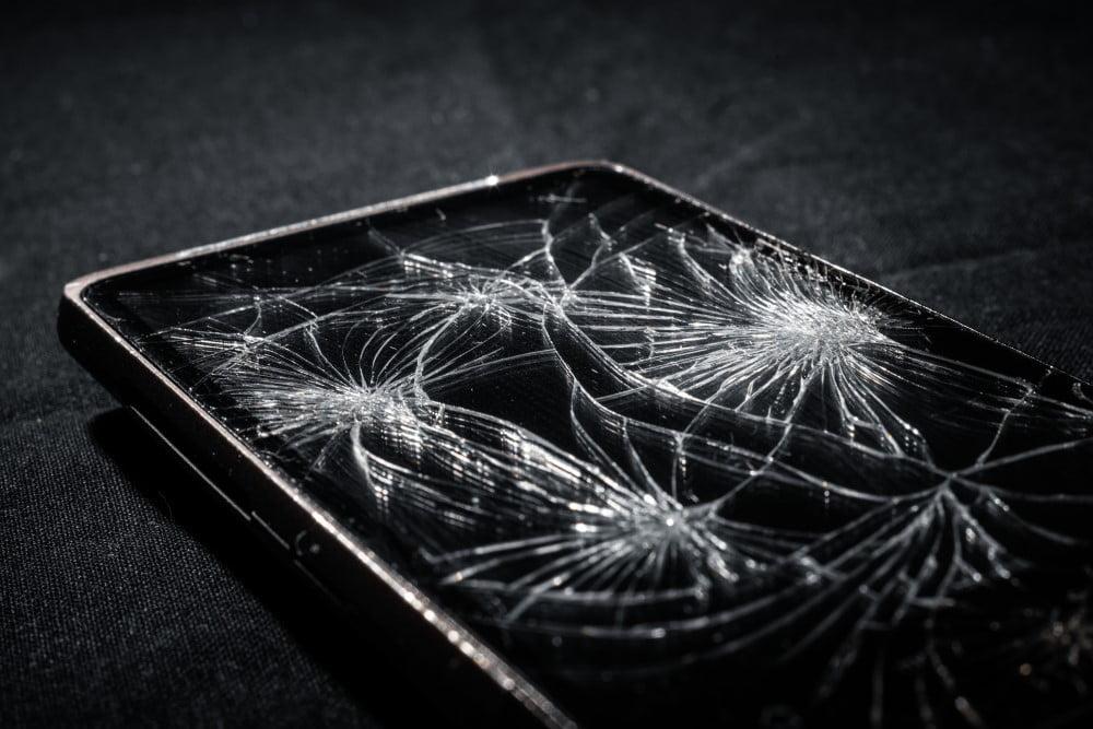 Telefon med ødelagt skærm